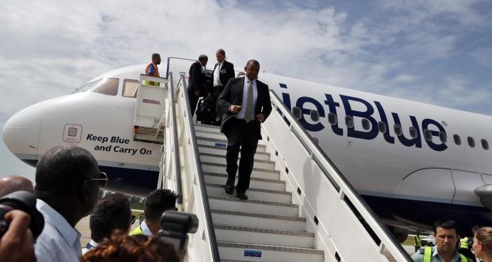 Cuba. Los primeros en salir del Vuelo 387 de JetBlue fueron los camarógrafos de televisión, el secretario de Transporte de Estados Unidos y los ejecutivos de la aerolínea.