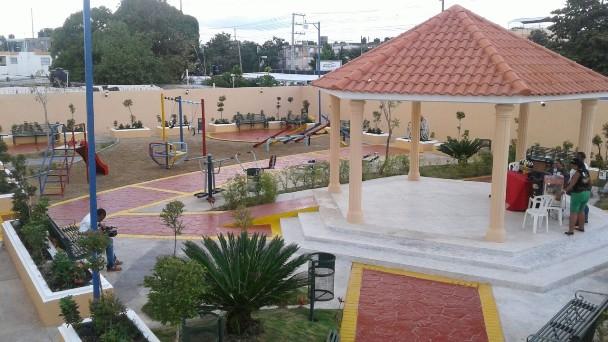 Alcaldía SDE entrega cancha de baloncesto y parque al sector Villa Esperanza de Los Mina