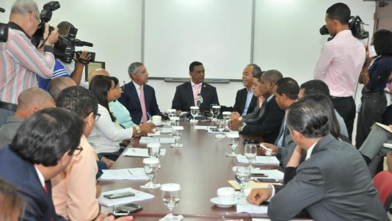 Funcionarios explican a diputados cambio financiamiento para construir Punta Catalina