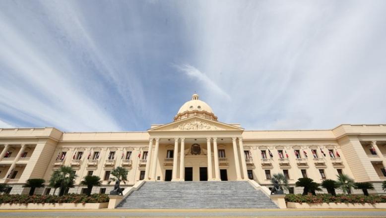 Presidente Medina prohíbe a funcionarios compra de regalos y canastas navideñas