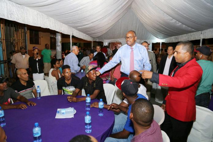 Alcalde Alfredo Martínez ofrece cena navideña con motoconchistas de Los Mina Norte