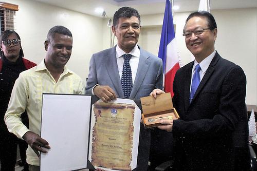 Alcalde Francisco Peña entrega llave municipal al embajador de Taiwán