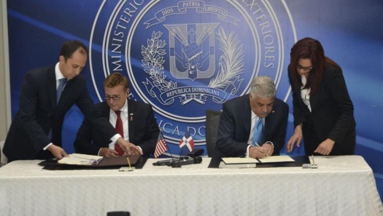 Embajador EE.UU. y canciller dominicano firman acuerdo de pre autorización de aduanas