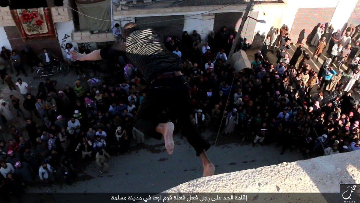Imágenes crueles: lapidan hasta la muerte a un hombre acusado de ser gay por el EI en Alepo