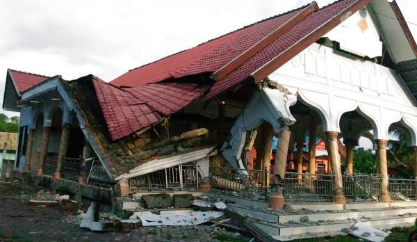 Indonesia: ascienden a 97 los muertos tras un sismo de 6,5 grados