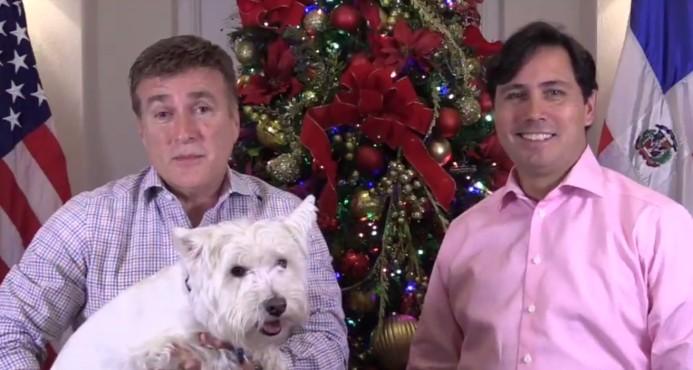 James Brewster y su esposo Bob Satawake se despiden y envían mensaje navideño