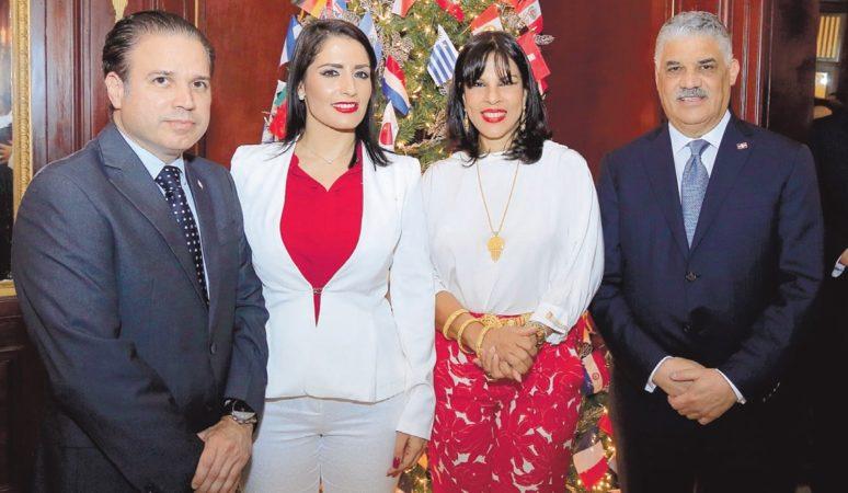 Ministro de Relaciones Exteriores Encendido de árbol con banderas de las naciones