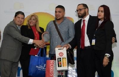 Mitur y Aeropuerto Internacional del Cibao reciben al Pasajero del Año y al Dominicano Ausente