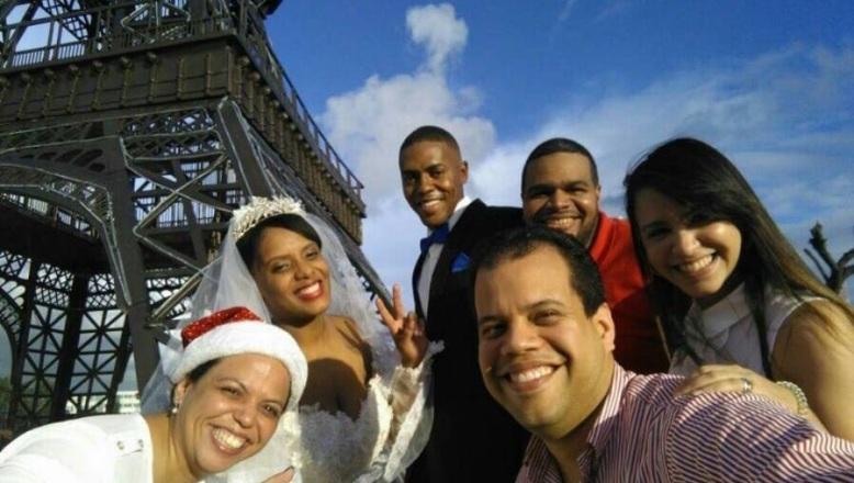 Réplica de torre Eiffel en Plaza de la Bandera se convierte en atractivo lugar para fotos de boda