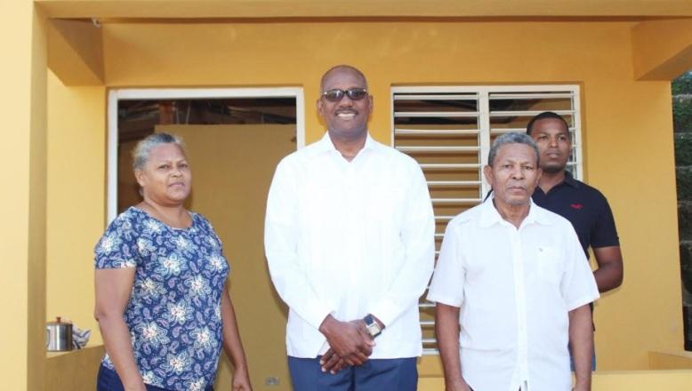 Alcalde SDE construye viviendas a familias de escasos recursos en San Isidro y el Almirante