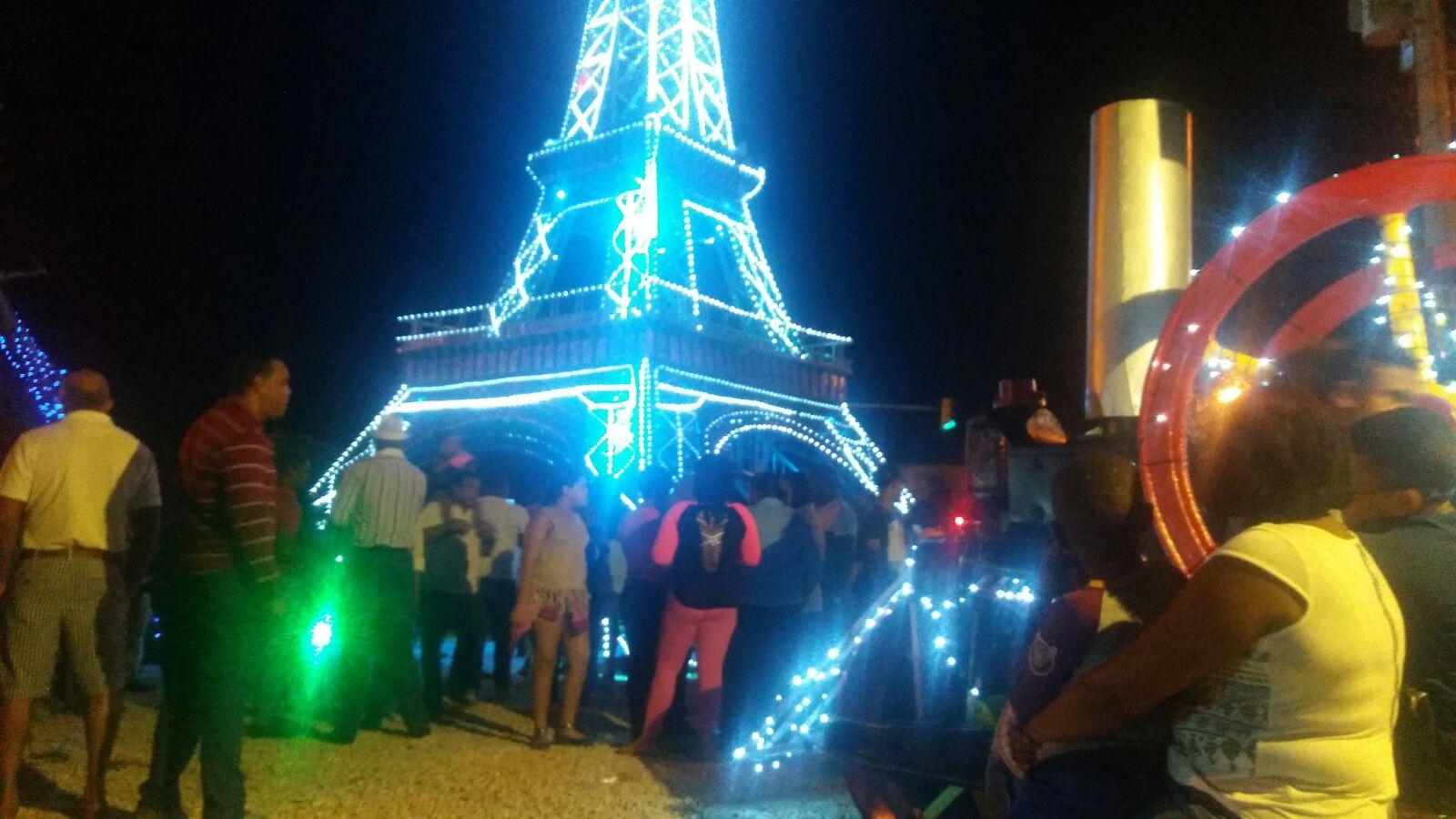 Ayuntamiento Santo Domingo Oeste inagura con exito la Torre Eiffel al goce de la Navidad