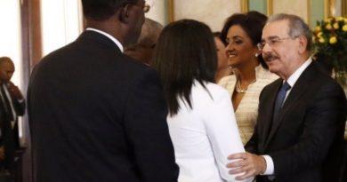 Funcionarios llegan a Palacio para dar saludo de Año Nuevo a presidente Medina