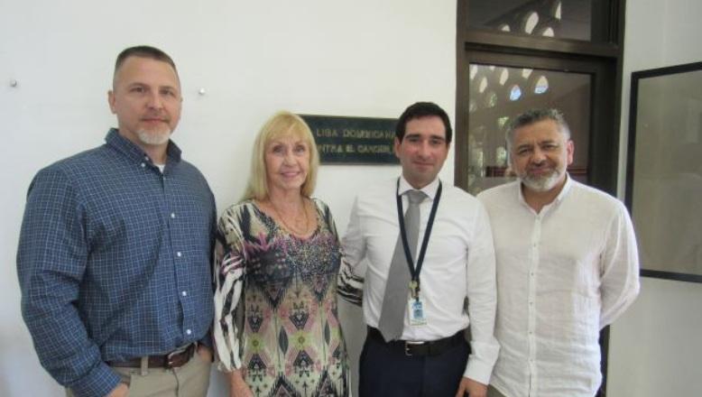 Liga contra el Cáncer recibe visita organismos internacionales