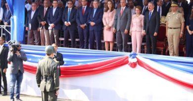 Presidente Medina preside desfile de la Batalla 30 de Marzo en Santiago