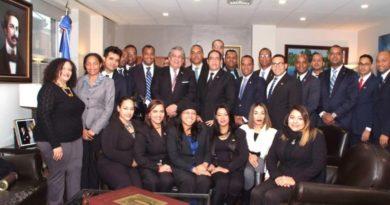 Jóvenes dominicanos visitan en Nueva York al cónsul Carlos A. Castillo