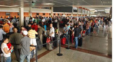 """Disminuyen las visitas de los dominicanos no residentes al país SANTO DOMINGO.-Los temores que generan las medidas migratorias del presidente de Estados Unidos, Donald Trump, provocaron que un menor número de dominicanos no residentes visitara el país durante el primer trimestre del año. Los datos que maneja el Banco Central de la República Dominicana (BCRD) indican que entre enero y marzo de este año ingresaron al país por vía aérea un total de 170,358 dominicanos no residentes, lo que representa una disminución de 3.94% con respecto a los primeros tres meses del año pasado, cuando 177,341 visitaron el país. Hasta el mes de enero se registraron datos positivos en el ingreso de dominicanos no residentes al país, pero en febrero —ya con Trump en el poder— ocurrió el primer retroceso en tres años, cuando el número de dominicanos no residentes se redujo en casi 6% con respecto a igual mes del año anterior. Ya para el cierre del mes pasado se profundizó la caída, que fue de 13.23% comparada con igual mes de 2016. El número de dominicanos no residentes que mensualmente han visitado el país en lo que va de año no ha superado las 60,000 personas. Apenas asumió el poder el pasado 20 de enero, el mandatario estadounidense ordenó el endurecimiento de las políticas migratorias, una de sus principales promesas electorales. Tras la firma de algunas órdenes ejecutivas, Trump amplió el riesgo de expulsión a los indocumentados que hayan cometido cualquier delito, no solo los graves, como ocurría durante la administración de Barack Obama, así como una serie de medidas que agilizan las deportaciones. Pero, adicionalmente, llegó a autorizar la prohibición de entrada al país de ciudadanos de siete países árabes, una medida que casi de inmediato fue desmontada por órdenes judiciales. """"Vinieron menos dominicanos que en años anteriores, y ustedes se preguntarán ¿por qué no vinieron? Por el efecto Trump. Nadie quiere despegar de Estados Unidos y coger para acá, porque no saben si cuando vu"""