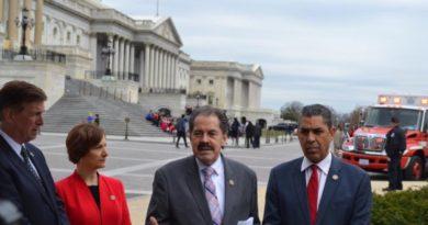 Espaillat y otros congresistas someten proyecto para limitar incursiones de la ICE en lugares sensibles