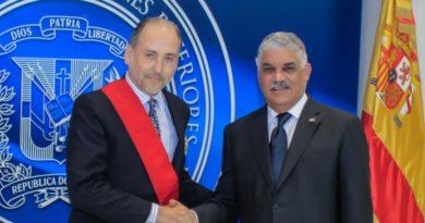 Ministerio de Relaciones Exteriores condecora a embajador de España