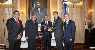 Ejecutivos de Pawa Dominicana presentan planes de expansión de la aerolínea al Presidente Medina
