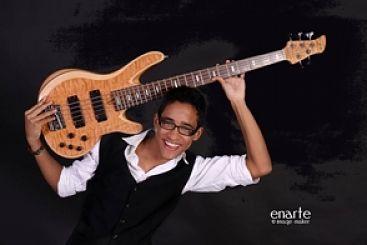 Bajista dominicano gana Beca Miguel Bosé