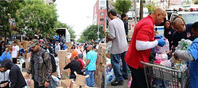 Clérigos y líderes colectan en el Bronx miles de toneladas de ayudas para damnificados en PR y México