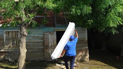 En Montecristi, afectados por huracán María reciben ayuda del Gobierno