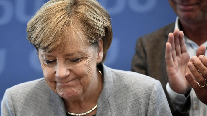 Merkel anuncia que tratará de negociar una coalición con liberales y verdes