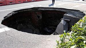 Gigantesco cráter se traga un camión de basura en México