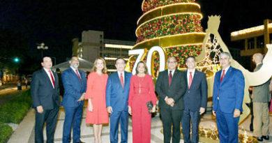 Banco Central enciende su tradicional árbol de Navidad