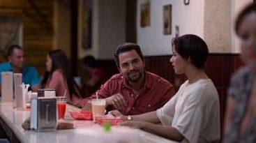 """La película """"Colao"""" no se decide si ser una comedia o un drama romántico. De hecho, parece estar dividida en dos, una que viven los humoristas Raymond"""