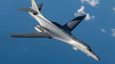 Un bombardero B-1B de EE.UU. sobrevuela la península de Corea en una demostración de fuerza