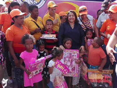 Fundación Francisco Vásquez entrega decenas de juguetes a niños en SDN