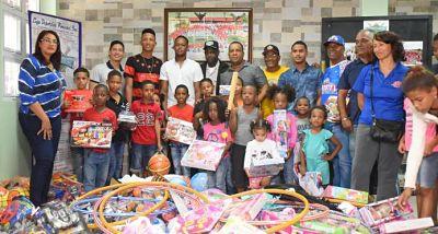 Fundación y Liga Pimentel entrega juguetes a niños