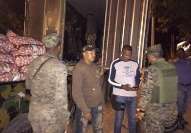 Ejército ocupa furgón con 200 con sacos de ajo procedente de Haití