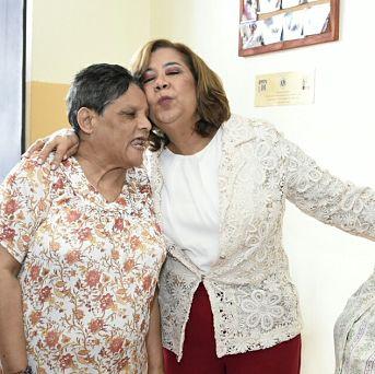 Jacinta Estevez lleva alegría a las ancianas de la casa Bethania de Los Mina.