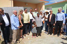 Gobierno entrega títulos provisionales de solares a familias de El Carrizal, Azua