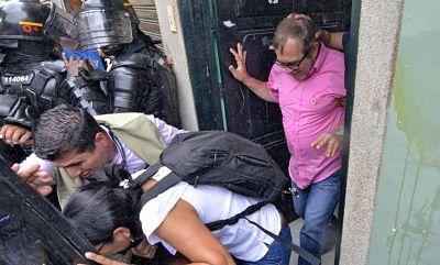 Abucheos, insultos y huevazos: así fue recibido el ex líder terrorista de las FARC, Timochenko, en su gira de campaña por Cali