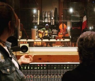 ¡Ula-eh! Juan Luis Guerra vuelve al estudio de grabación