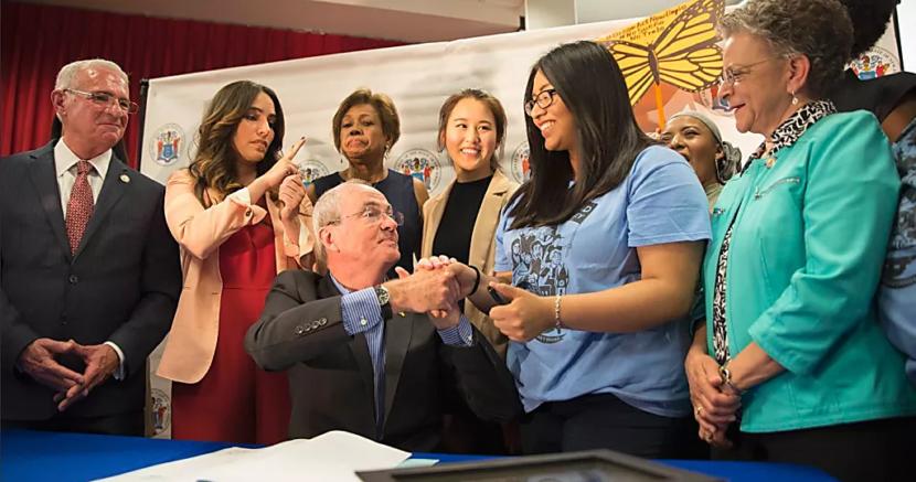 Gobernador de Nueva Jersey  promulga ley beneficia estudiantes extranjeros