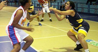Las Olímpicas de La Vega mantienen su invicto, lucha por clasificación se cierra