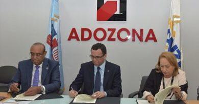 Andrés Navarro firma alianza con zonas francas para mejorar politécnicos