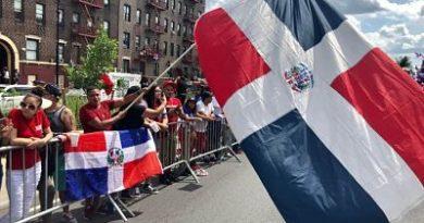 """Dominicanos celebran """"La Gran Parada del Bronx"""" en Nueva York"""