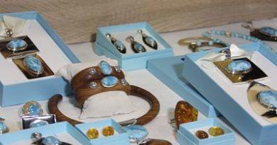 Impulsan artesanía con larimar como actividad económica