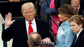 Exasesora de la Casa Blanca: Trump quería cambiar la Biblia por su propio libro para tomar juramento