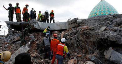 Sube a 131 el balance de muertos por el terremoto en Indonesia.