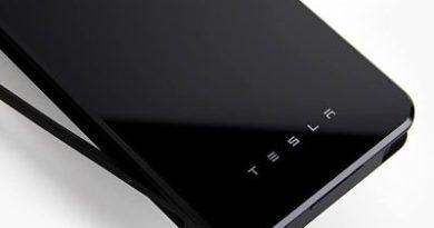 Tesla anuncia un cargador inalámbrico, pero no para coches, sino para móviles