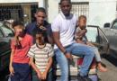 Figuras brindan apoyo a hombre que vive en un carro con sus hijos