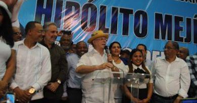 Hipólito Mejía juramenta sus equipos en SDE, promete gobernar con jóvenes y mujeres, propiciar fortalecimiento de la justicia para luchar contra la impunidad.
