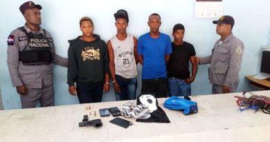 Policía apresa a cuatro presuntos microtraficantes en La Zurza