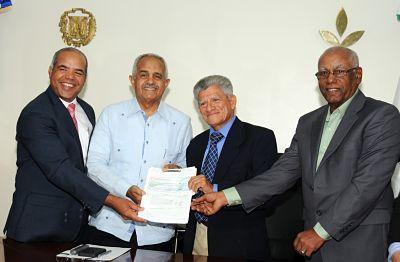 Gobierno aporta RD$130 millones para construcción y equipamiento planta de tratamiento hidrotérmico; duplicará exportaciones de mango